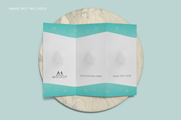 Makieta broszury potrójnej z widokiem z góry na powierzchni ceramicznej