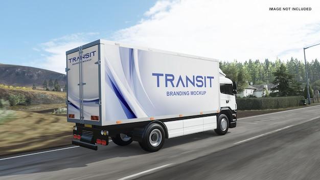 Makieta ciężarówki z prawej strony na drodze