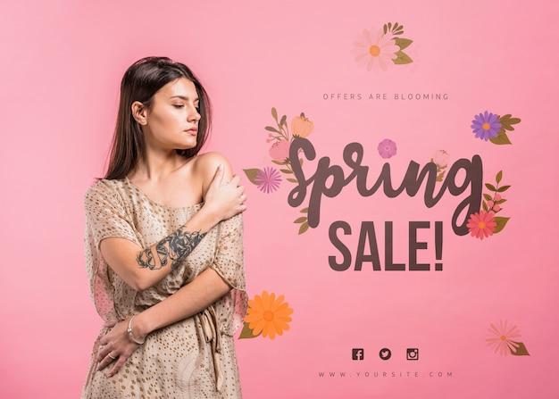 Makieta copyspace na wiosnę sprzedaż z atrakcyjną kobietą