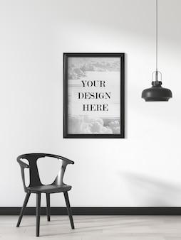 Makieta czarnej ramy ściennej na ścianie z krzesłem i lampą sufitową