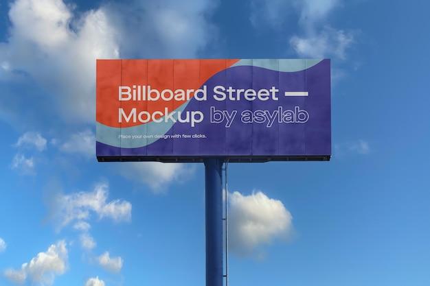 Makieta dużej billboardu na błękitne niebo z chmurami