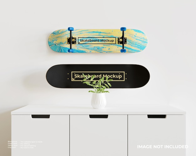 Makieta dwóch deskorolek, które są wyświetlane nad białą szafką