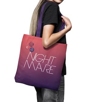 Makieta dziewczyny trzymającej płócienną torbę na zakupy na białym tle