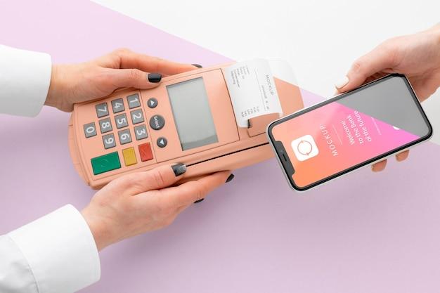 Makieta e-płatności ze smartfonem i terminalem płatniczym