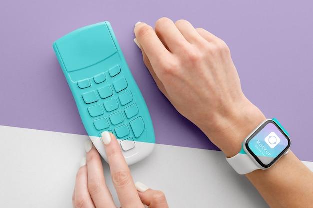 Makieta e-płatności ze smartwatchem