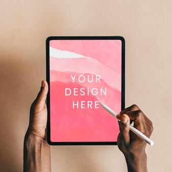 """Makieta ekranu tabletu psd, urządzenie cyfrowe z grafiką """"twój projekt tutaj"""""""