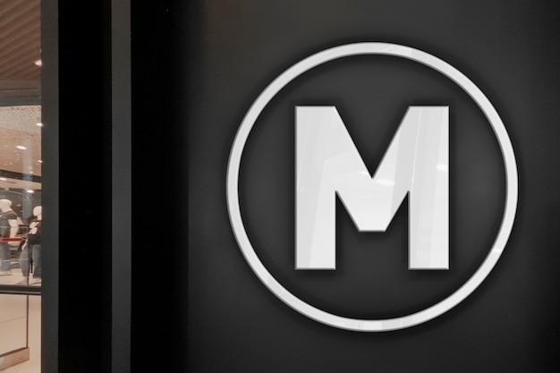 Makieta ekskluzywnego eleganckiego 3d neonowego białego logo z ciemnym sklepowym sklepem