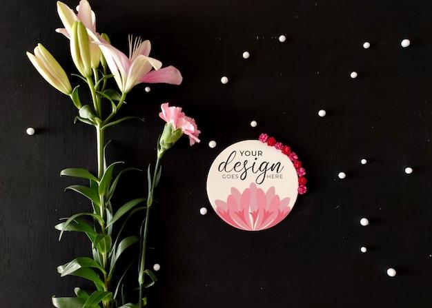 Makieta etykiety logo z kwiatami
