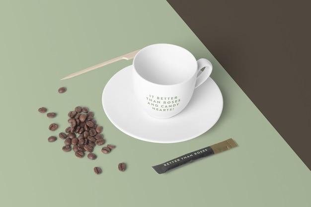 Makieta filiżanka kawy na białym tle z ziaren kawy