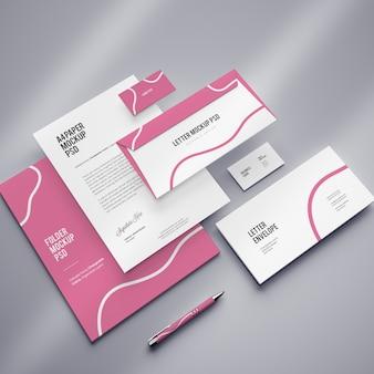 Makieta firmowego projektu brandingu stacjonarnego ze zmiennymi kolorami