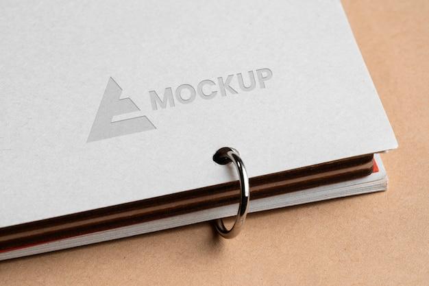Makieta firmy projektowanie logo na białym dokumencie
