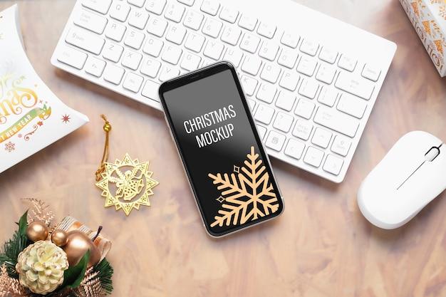 Makieta inteligentny telefon komórkowy na tle bożego narodzenia i nowego roku