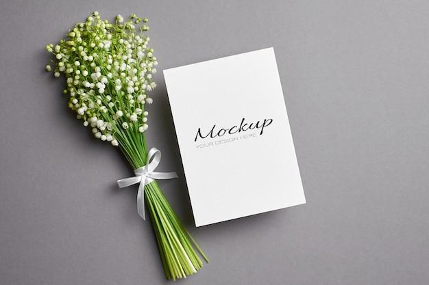 Makieta kartki z życzeniami z bukietem kwiatów konwalii na szaro