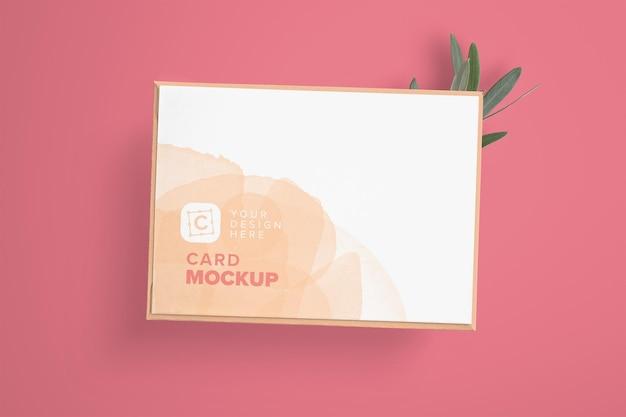 Makieta karty 5x7 cali na kopercie i gałęzi drzewa oliwnego