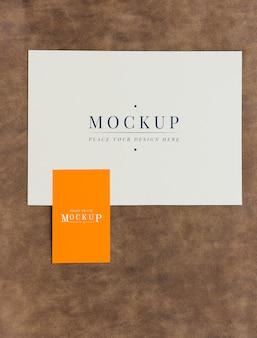 Makieta karty i karty na brązowej skórze