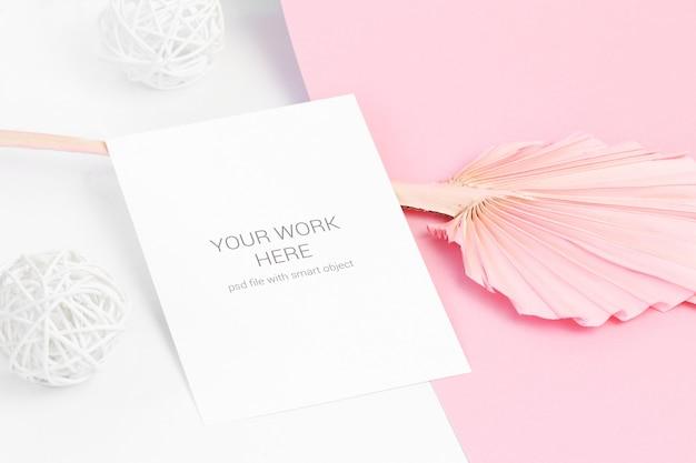 Makieta karty na różowy liść i drewniane kulki