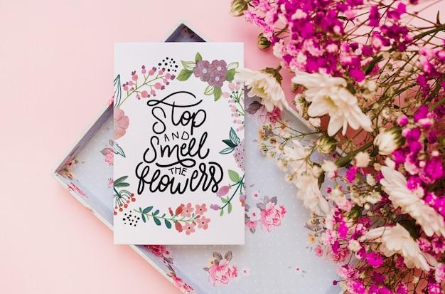Makieta karty papieru z kwiatową dekoracją