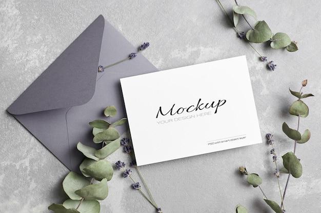 Makieta karty powitania lub zaproszenia ślubne z kopertą, lawendą i suchymi gałązkami eukaliptusa