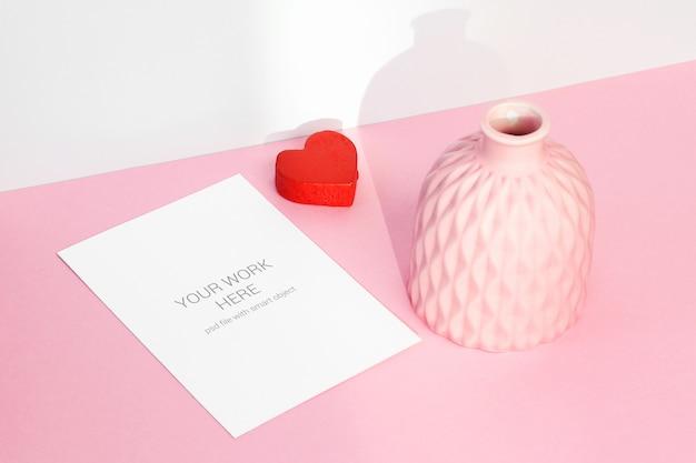 Makieta karty serca i różowy wazon