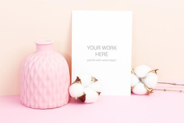 Makieta karty z bawełnianymi kwiatami i wazą