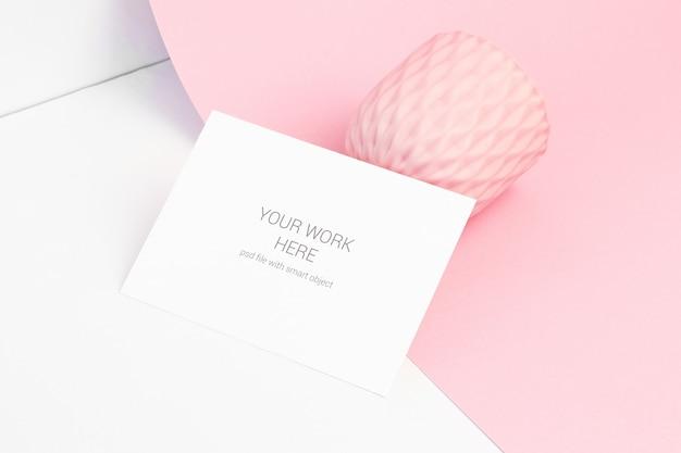 Makieta karty z miską na różowej powierzchni