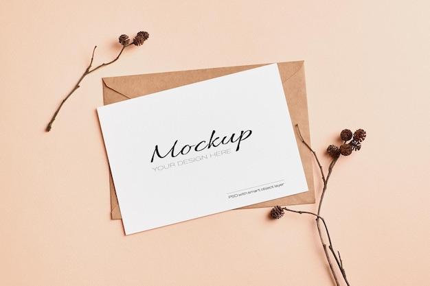 Makieta karty z pozdrowieniami i zaproszeniem na ślub z dekoracjami z suchych gałązek drzew