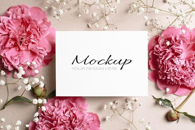Makieta karty z pozdrowieniami lub zaproszeniem na ślub z różową piwonią i kwiatami hypsophila