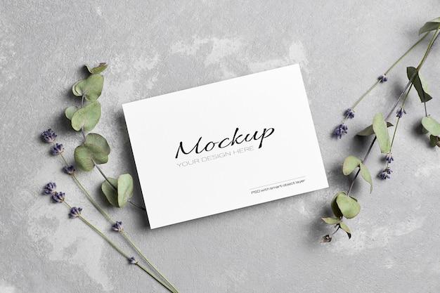 Makieta karty z pozdrowieniami lub zaproszeniem na ślub z suchymi kwiatami lawendy i eukaliptusa