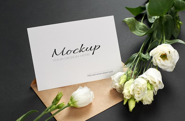 Makieta karty z pozdrowieniami lub zaproszeniem z białymi kwiatami eustoma