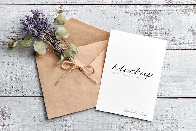 Makieta karty z pozdrowieniami lub zaproszeniem z kopertą i suchym bukietem lawendy z eukaliptusem
