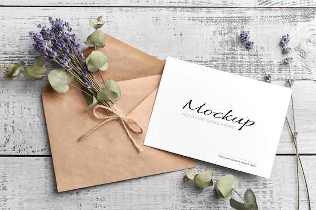 Makieta karty z pozdrowieniami lub zaproszeniem z suchą lawendą i eukaliptusem