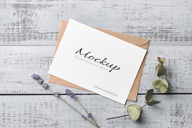 Makieta karty z pozdrowieniami lub zaproszeniem z suchymi gałązkami eukaliptusa lawendy