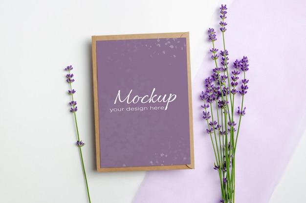 Makieta karty z pozdrowieniami lub zaproszeniem ze świeżymi kwiatami lawendy na białym tle