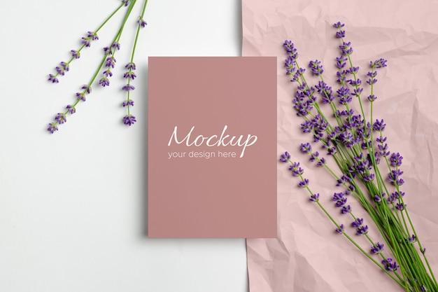 Makieta karty z pozdrowieniami lub zaproszeniem ze świeżymi kwiatami lawendy