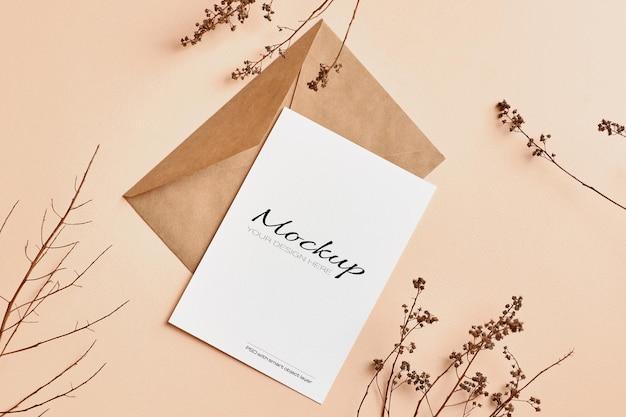 Makieta karty z pozdrowieniami z dekoracjami gałązek suchych roślin natury