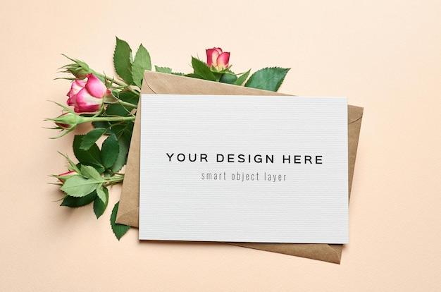 Makieta karty z pozdrowieniami z projektem koperty i róże kwiaty