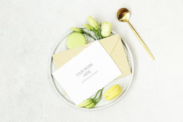 Makieta karty zaproszenia na talerzu z łyżeczką
