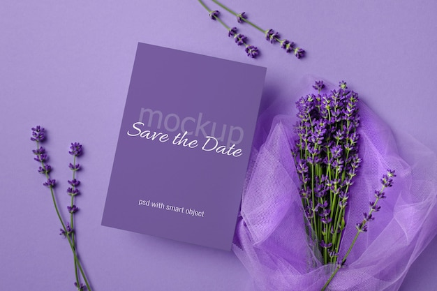 Makieta karty zaproszenia ślubne z bukietem świeżych kwiatów lawendy