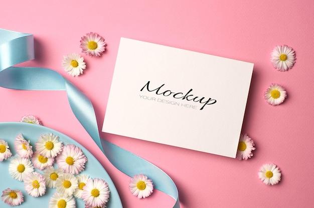 Makieta karty zaproszenia ślubne z kwiatami stokrotki i wstążką na różowo