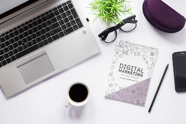 Makieta kawy i notebooków na laptopa