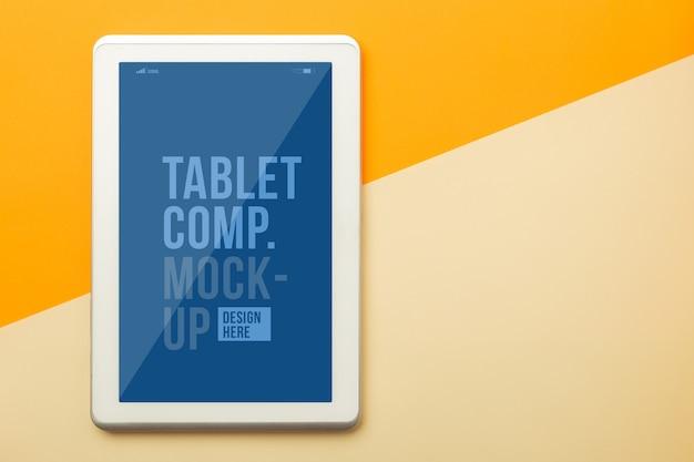 Makieta komputera typu tablet szablon na pomarańczowym tle.