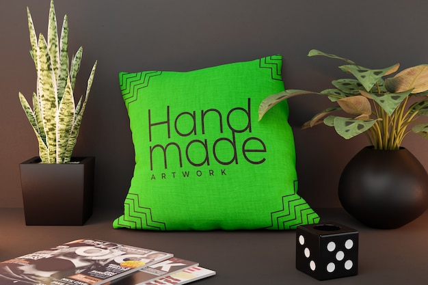 Makieta kwadratowej poduszki z czarnymi dekoracjami wazonu
