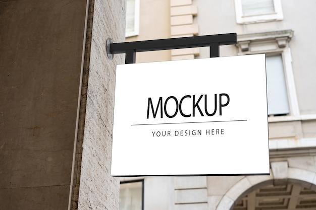 Makieta kwadratowy biały znak firmy na logo na ulicy