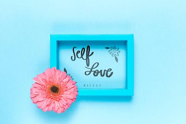 Makieta kwiatowy koncepcja miłości własnej