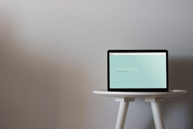 Makieta laptopa na okrągłym stole