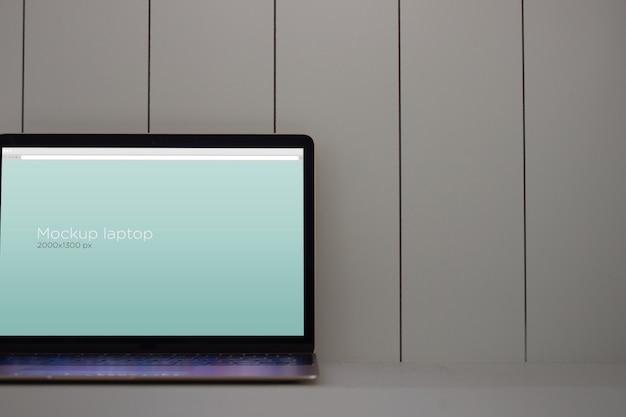 Makieta laptopa na stole