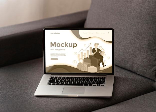 Makieta laptopa na szarej kanapie