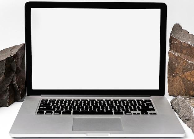Makieta laptopa z chropowatą skałą