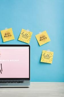 Makieta laptopa z notatek programu sticky notes