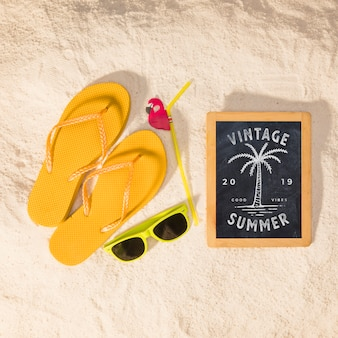 Makieta letnia z kolorowymi sandałami i okularami przeciwsłonecznymi